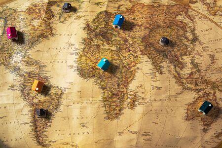 Carte géographique du monde avec de petites maisons sur les continents