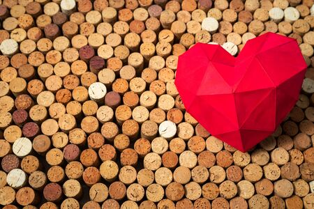 Red heart lies on wine corks, creative background design, space for text Stockfoto - 138087710