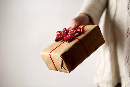 Woman's hand holding gift box Banque d'images