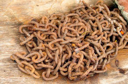 oxidado: Rusty, desde la cadena de enlace