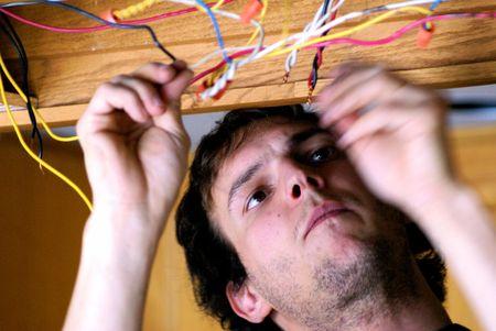 전선 연결에 종사하는 전기 기사