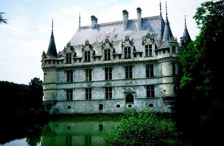 french renaissance: Chateau d'Azay-le-Rideau �l castillo de Azay-le-Rideau fue construido de 1518 a 1527, uno de los primeros castillos del Renacimiento franc�s. Construido en una isla del r�o Indre, sus bases rectas lugar fuera del agua.