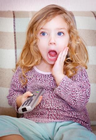 Little girl watching TV Standard-Bild