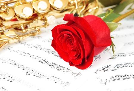 soprano saxophone: Notas musicales y saxofón con flor roja