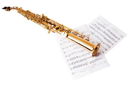 soprano saxophone: Notas musicales y saxofón, aislado en blanco