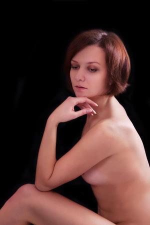 giovane nuda: Nudo giovane donna su sfondo nero Archivio Fotografico