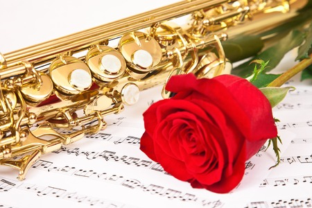 soprano saxophone: Notas musicales y saxofón con rosa roja Foto de archivo