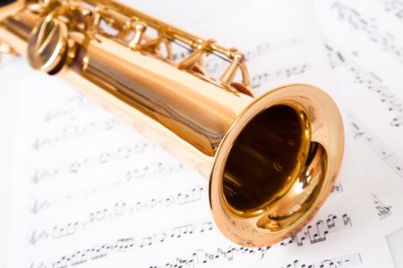 soprano saxophone: notas musicales y el saxofón, aislado en blanco