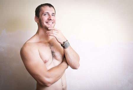 homme nu: Portrait d'un bel homme souriant avec le torse nu