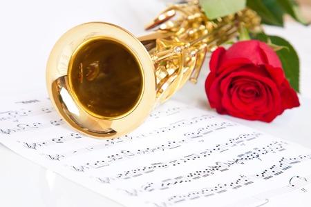 soprano saxophone: notas musicales y saxofón con rosa roja
