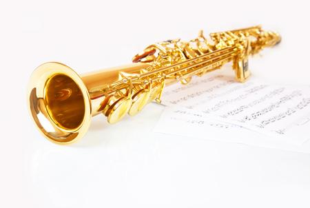 soprano saxophone: notas musicales y el saxofón sobre un fondo blanco Foto de archivo