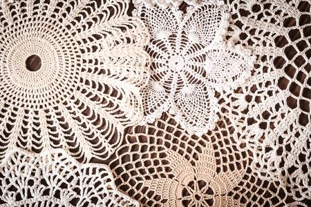 Schöne zarte Vintage-Spitze Hintergrund Häkeln Servietten auf dem Tisch close up