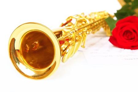 soprano saxophone: notas musicales y saxofón con la flor roja