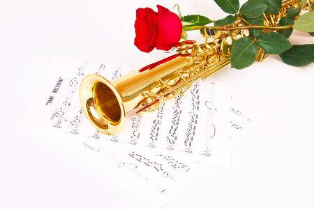 soprano saxophone: Rosa roja, saxofón y de música sobre un fondo blanco