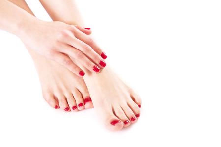 Mani e piedi ben curati su un primo piano sfondo bianco.