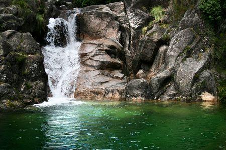 Hiden cascada en un r�o de monta�a con un lago verde. Foto de archivo - 5326061