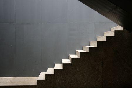 bajando escaleras: aislar al aire libre de un moderno edificio de escaleras  Foto de archivo