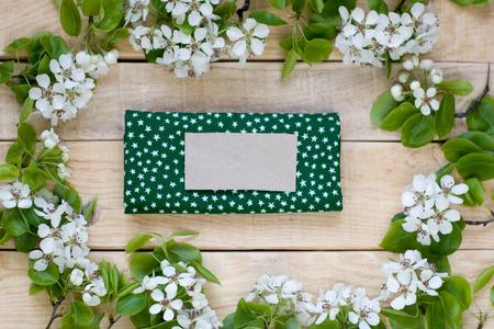 arbres fruitier: Fond en bois naturel avec des fleurs blanches d'arbres fruitiers et serviette verte avec des �toiles