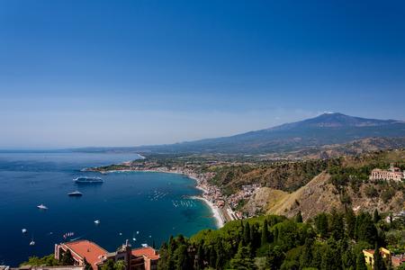 タオルミーナ、シチリア島、イタリアのギリシャ劇場から見た背景にエトナ火山と夏の日に、タオルミーナ湾