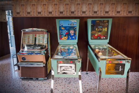 Vintage flipperkast en jukebox