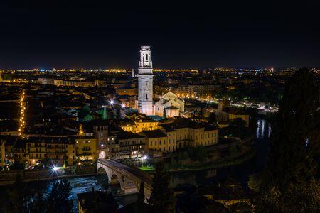 Night view of Verona Cathedral taken from Castel San Pietro, Italy Stockfoto