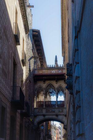 Pont del Bisbe. Gothic bridge among ancient streets of barrio gothic. Barcelona, Spain. Stockfoto