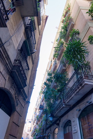 BARCELONA, SPAIN - NOVEMBER  03, 2018:  Narrow ancient city street in  Barcelona. Spain. Redactioneel