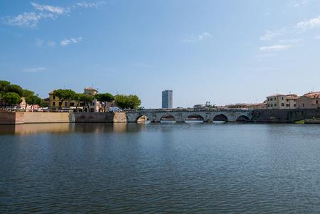 Panoramic view of the Tiberius Bridge (Tiberius Bridge) in Rimini, Italy. Redactioneel