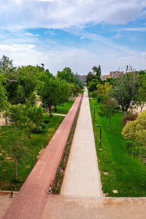 The Turia Garden is one of Spain's largest urban natural parks, a green space of over nine passable kilometers that crosses the city with playful and sporting areas, as well as with romantic corners to get lost in. Valencia