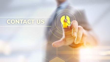 Contactez-nous concept de communication client. Homme d'affaires appuyant sur le bouton à l'écran.