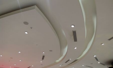 Gypsum false ceiling and Coves for indirect lighting to make a decorative look for an mumbai international airport and spot lights Foto de archivo