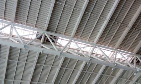 Tetto in acciaio strutturale pesante o soffitto a doppia altezza di un edificio aeroportuale all'interno dell'aeroporto internazionale di Chennai