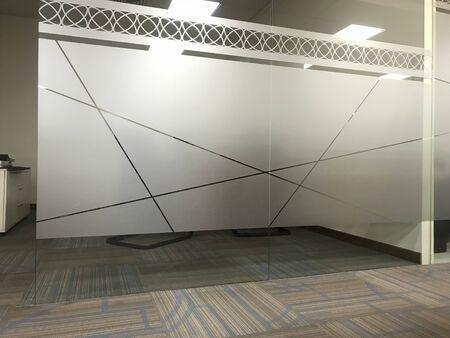Images de cloisons murales en verre pleine hauteur pour une salle de réunion de bureau ou une salle de direction avec un autocollant de film givré pour l'intimité des personnes pour discuter dans les intérieurs de bureau