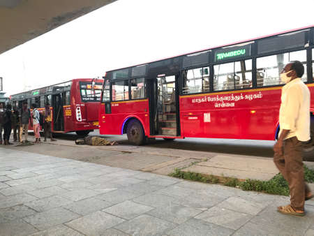 Chennai metropolitan buses painted red is ready to serve as Public transport service 新聞圖片