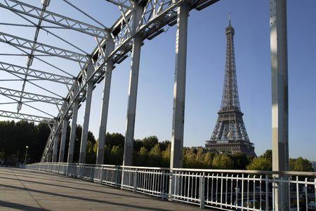 vlonder: loopbrug en de Eiffeltoren in Parijs