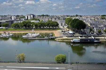anjou: El r�o Maine, con el puerto de la ciudad de Angers, en el departamento de Maine-et-Loire, en el oeste de Francia cerca de 300 kil�metros (190 millas) al sur-oeste de Par�s Foto de archivo