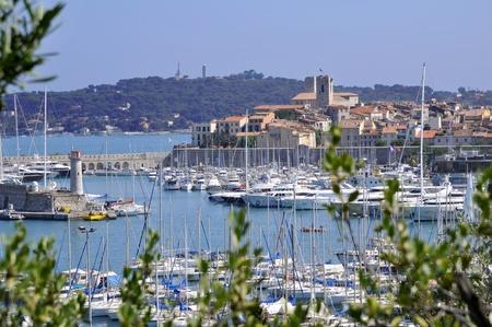 Port d'Antibes dans le sud la France avec la ville en arrière-plan Banque d'images - 12228690