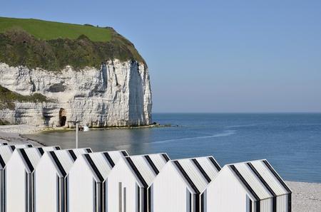 Cabines de plage et les falaises célèbres de Yport, commune dans le département de la Seine-Maritime dans la région Haute-Normandie au nord-ouest France Banque d'images - 12851448