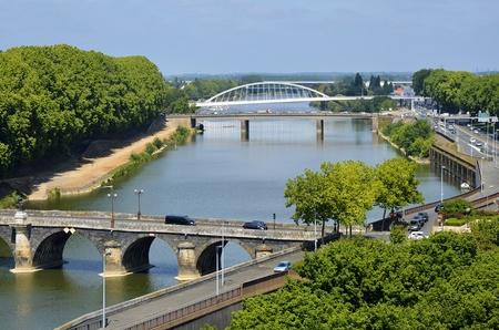 anjou: Vista a�rea del r�o Maine y puentes de la ciudad de Angers, en el departamento de Maine-et-Loire, en el oeste de Francia a unos 300 kil�metros (190 millas) al sur-oeste de Par�s Foto de archivo