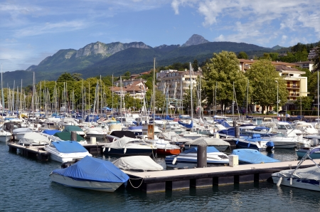 Port of Evian-les-Bains on the banks of man lake to the east of France, commune in the Haute-Savoie department in the ne-Alpes region, mountains in the background Imagens