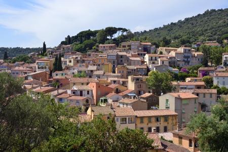 mimose: Case e tetti di villaggio Bormes les Mimosas regione mediterranea, comune nel dipartimento del Var, Provenza, Costa Azzurra e le Alpi regione, nel sud della Francia Archivio Fotografico