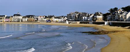 Foto panorámica del mar, la playa y la ciudad de Quiberon, en el departamento de Morbihan en Bretaña, en el noroeste de Francia Foto de archivo - 25951117