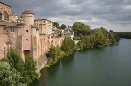 Fortificaciones de la ciudad de Gaillac en el sur de Francia y el río Tarn región Midi-Pyrénées Foto de archivo - 28135201