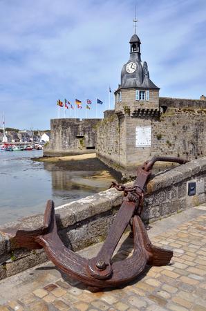 ancre marine: ancre de marine et le clocher � Ville Close (ville fortifi�e) de Concarneau, commune du d�partement du Finist�re, dans le nord-ouest de la France
