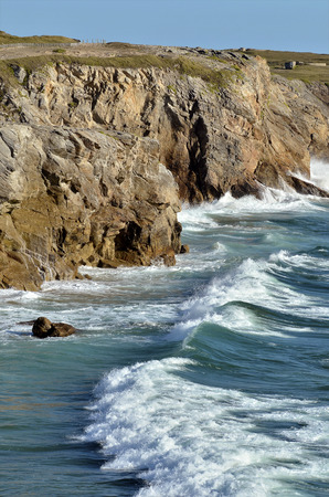 moderate: Rocky coastline of Wild Coast (wild coast) with moderate sea of ??the peninsula of Quiberon in the Morbihan department in Brittany in north-western France