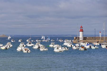 ポートとエルキ、Penthievre の海岸にフランス北西部のブルターニュのコーツの鎧のコミューンの満潮時に灯台。