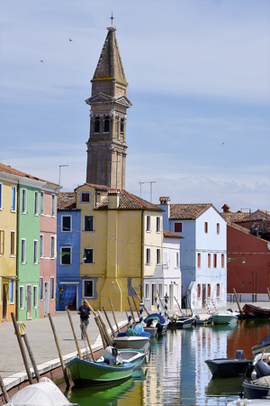 Burano canal with ict and the leaning bell tower of San Martino church from Terranova sestiere. Burano is an island in the Venetian Lagoon, northern Italy. Burano is Known for icts small, brightly painted houses, popular with artists are qui, aussi for ic