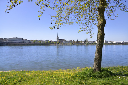 The banks of the Loire at Saumur with the church in the background, commune in the Maine-et-Loire department, Pays de la Loire region in western France. Banque d'images