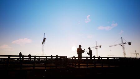 Silhouet bouwvakker kijken naar blauwdrukken Stockfoto