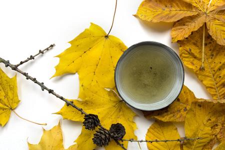 Autumn tea time still life closup on white background Stock Photo - 89106112